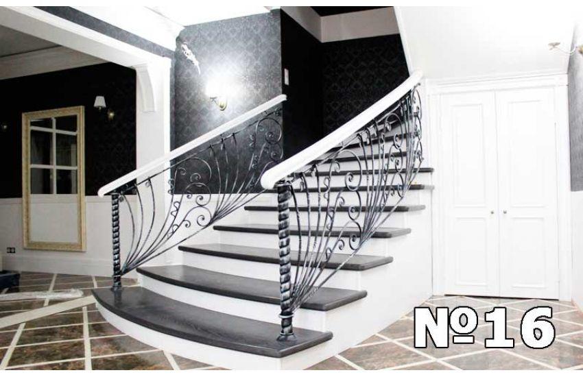 Кованая лестница внутри дома