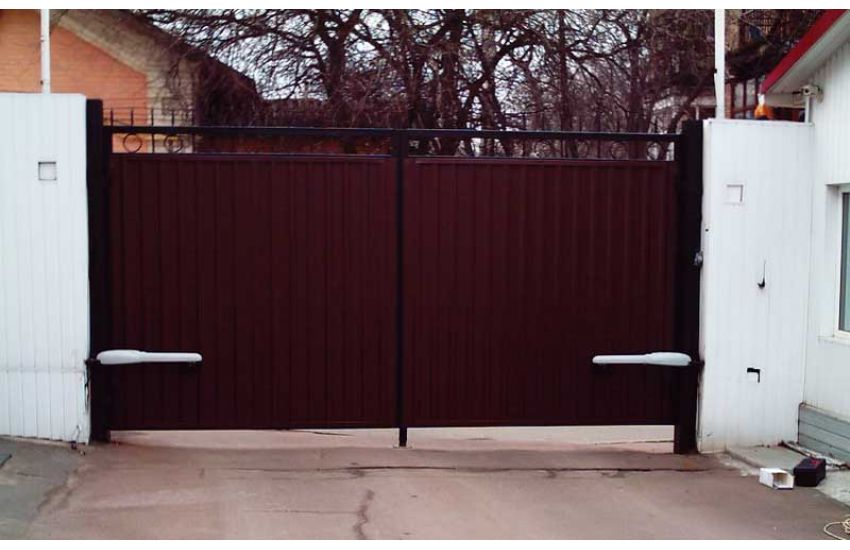 Установка распашных ворот
